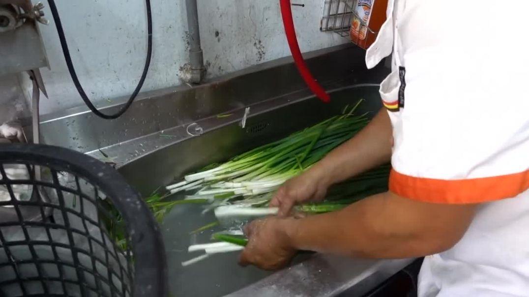 Свежеприготовленный блин с зеленым луком - тайваньская уличная еда